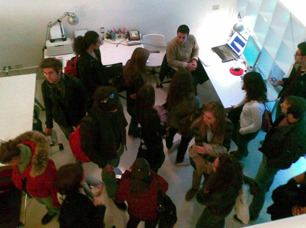 Un gruppo di futuri architetti del Politecnico di Milano in visita al Cowo