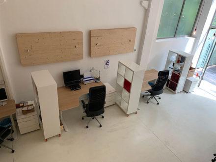Le postazioni di Cowo Milano Lambrate distano 220 cm (e una libreria) l'una dall'altra